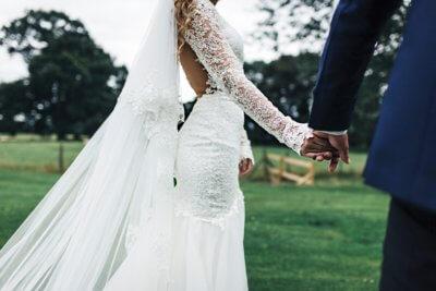 Brautpaar Im Gruenen